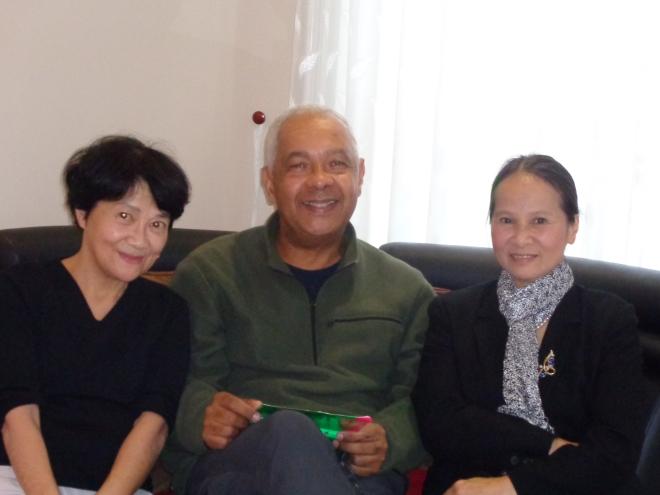 En compagnie de mon ex-collègue, Nguyet Aï, à droite, professeur de français exceptionnelle et, à gauche, My Hanh, ex bibliothécaire du Cercle francophone de Dalat.