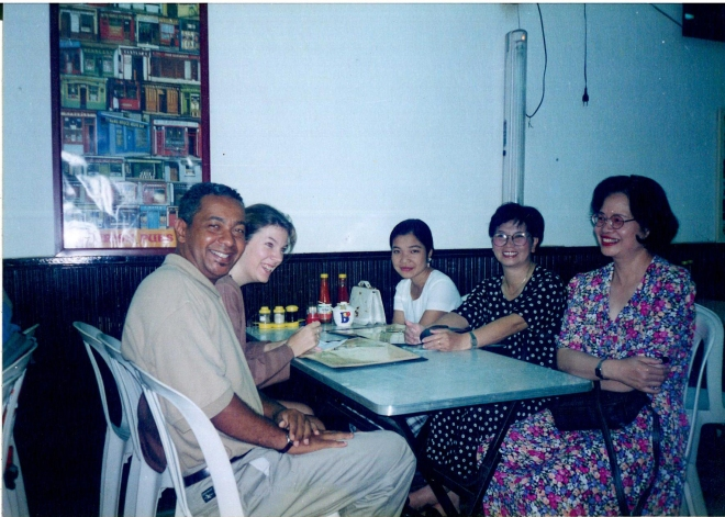 En compagnie des professeurs du département de français lors d'une journée pédagogique à Saïgon, en décembre 1997. De gauche à droite, Marianne Capouet, conseillère pédagogique belge, Lan Huong, My, et Anh.
