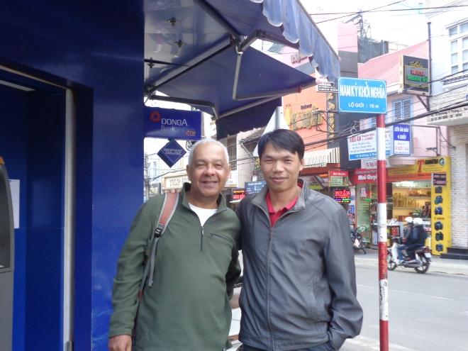 Avec Bao Duy au centre-ville de Dalat. Bao Duy est maintenant marié, a deux enfants, et travaille dans l'informatique. Ci-dessous, à ma gauche, Bao Duy, entouré de ses amis, venus me rendre visite à l'université, seize ans plus tôt!