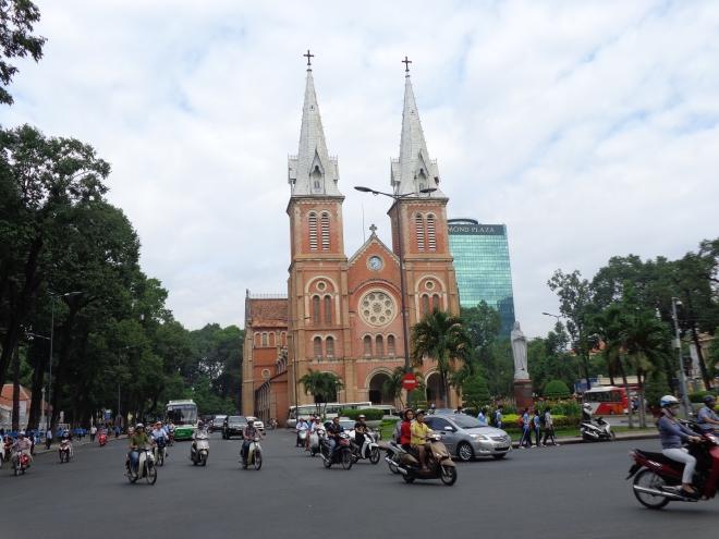 La cathédrale Notre-Dame, construite entre 1887 et 1891. La brique rouge est d'origine de Toulouse.