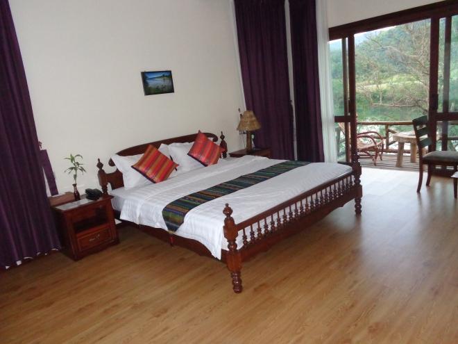 Riverview Lodge et balcon, au bord de la rivière, à trente minutes de marche de Hsipaw.