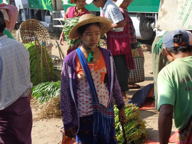 Marchande, banlieue de Yangon - janvier 2015
