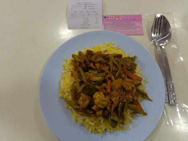 Plat de riz assaisonné de légumes au curry