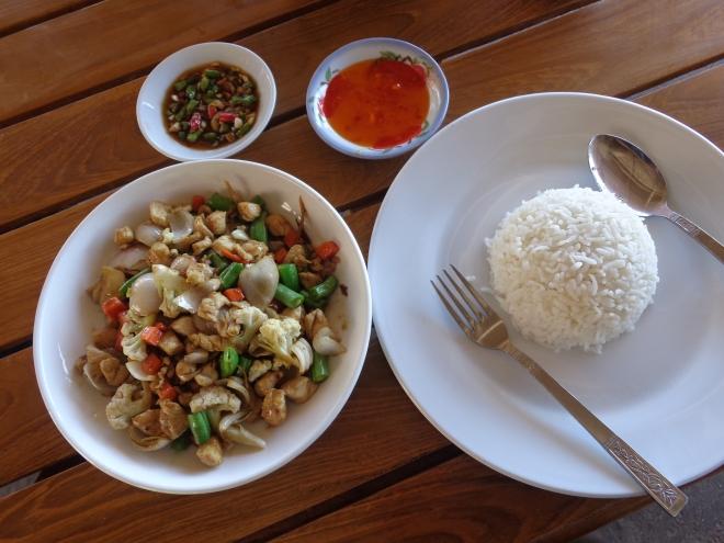 Plat de poulet et légumes accompagné de piments verts et rouges de la région. Prix: 3500 kyats, (Can$3.50)