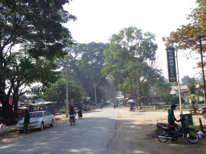 Hsipaw, rue principale. Ci-dessous, une marchande typique avec ses produits sur son vélo
