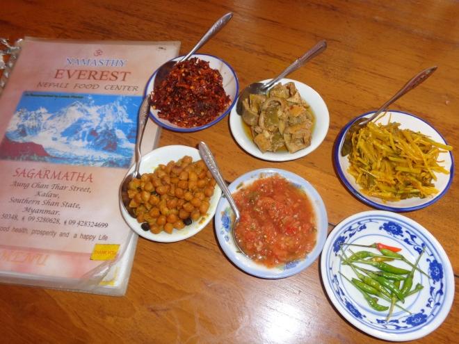 Condiments de cuisine népalaise accompagnant un plat simple de riz blanc et de légumes