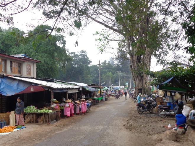 Marché shan, Hsipaw. Ci-dessous un des nombreux groupes de moines novices, des jeunes filles, qui récoltent comme tous les matins les offrandes des marchands...