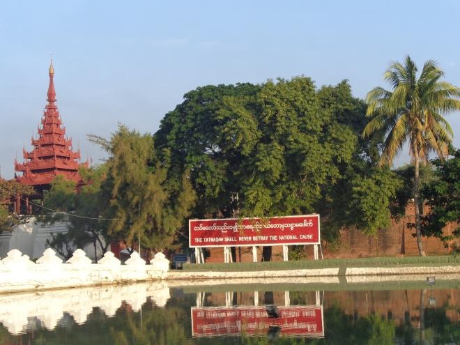 """Slogan au centre-ville de Mandalay... Le """"Tatmadaw"""" est le nom donné à la toute-puissante armée du pays..."""