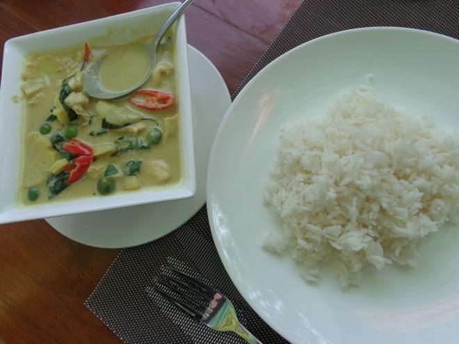Plat de poulet et légumes au curry vert, riz blanc
