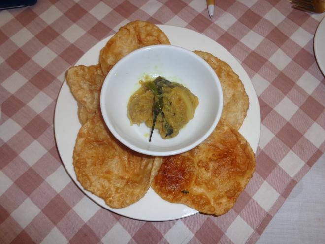 Petit déjeuner indien à l'hôtel: chapatis avec, au centre, pommes de terre épicées au curry