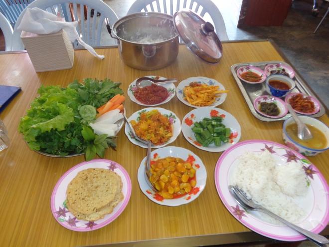 Un repas mémorable! Huit différentes assiettes de condiments qui accompagnent un plat de légumes au curry. Une expérience remarquable. Le prix? 1800 kyats, Can$1.80!!!