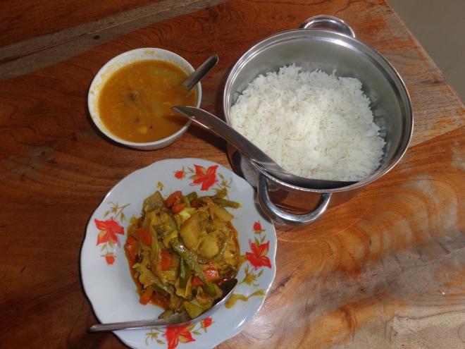 Plat de légumes au curry, accompagné de riz blanc et d'une soupe aux pois. Prix: 2500 kyats (Can$2.50)