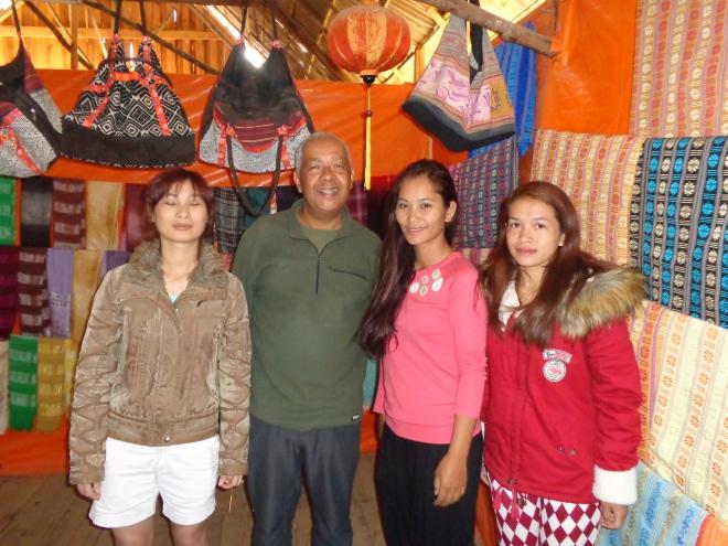 Retour à Dalat pour mes derniers jours de voyage... Ici, au village Lat, à l'extérieur de Dalat, achat de souvenirs dans une boutique tenue par une famille de montagnards...