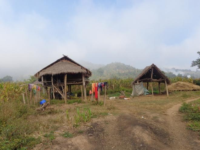 Les conditions de vie dans les villages sont rudimentaires. Les maisons n'ont souvent ni électricité ni eau courante...