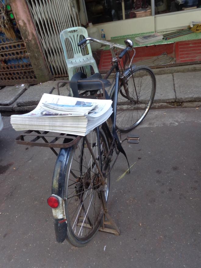 Yangon, livraison de journaux...