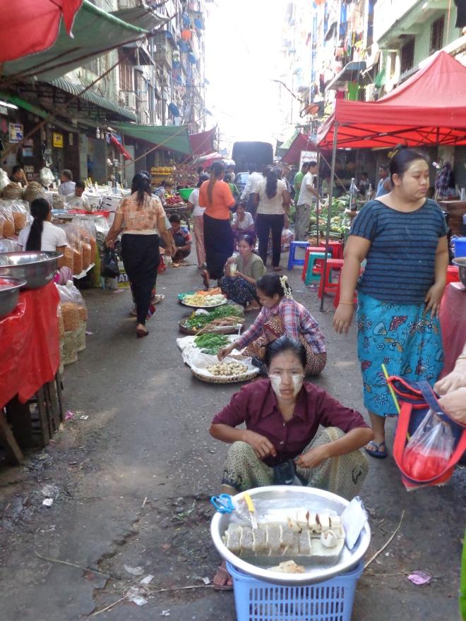 Yangon, Anawranta Rd et 29th Street. Partout au pays, les femmes (et les enfants) s'enduisent le visage de thanakha, une pâte qui protège du soleil et éclaircit la peau...