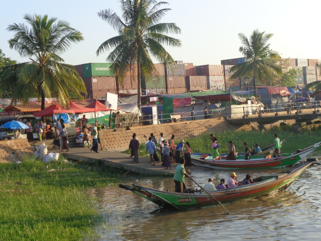 Tous les matins, des milliers d'employés, de travailleurs gagnent la capitale via la rivière Yangon...