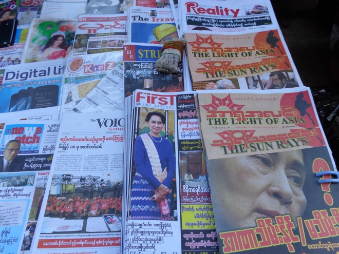 Journaux à Yangon, décembre 2014