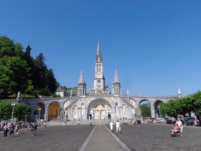 La Basilique de Lourdes, et ci-dessous, les nombreux pèlerins, certains handicapés, venus prier devant la grotte de Massabielle, mercredi 15 juillet.
