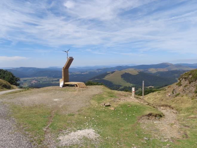 Sommet du col de Leopoeder (altitude 1410 mètres), point culminant du tronçon. On peut apercevoir Ronceveaux, à 5 kms, en bas de la vallée...