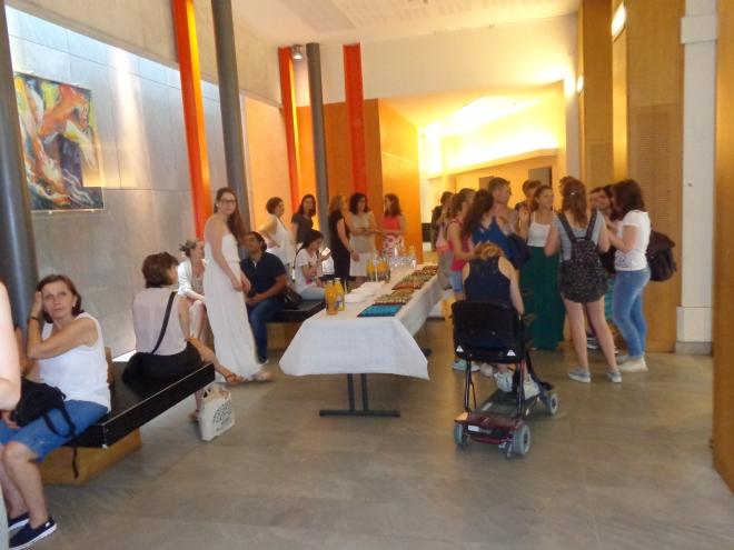 Étudiants regroupés dans le hall de la Maison de la Recherche, vendredi 3 juillet, avant la remise des