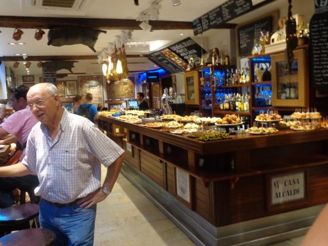 Tapas dans un bar de la vieille ville, San Sébastian, mardi 21 juillet.