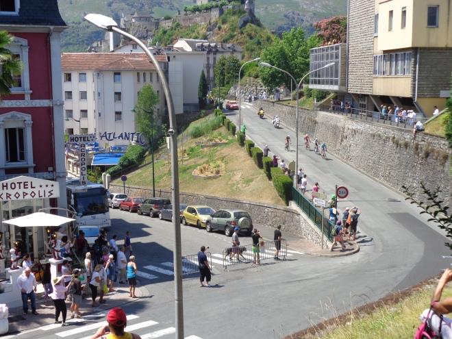 Un groupe de 4 échappés devance le peloton d'une quinzaine de secondes à l'entrée de la ville de Lourdes, mercredi 15 juillet