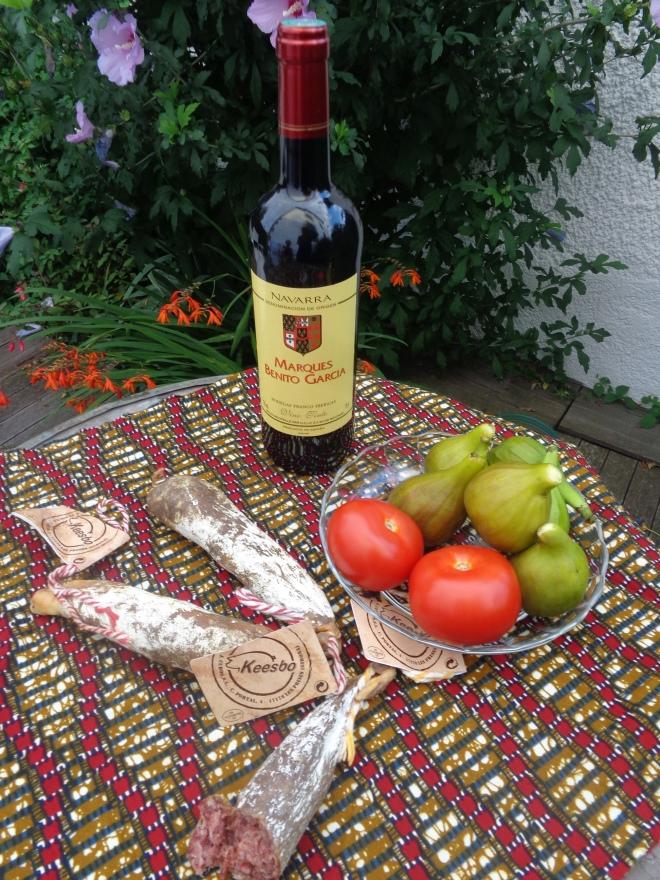 Table basque: vin (corsé) de Navarre, saucissons au chevreuil, à la chèvre, et aux figues...