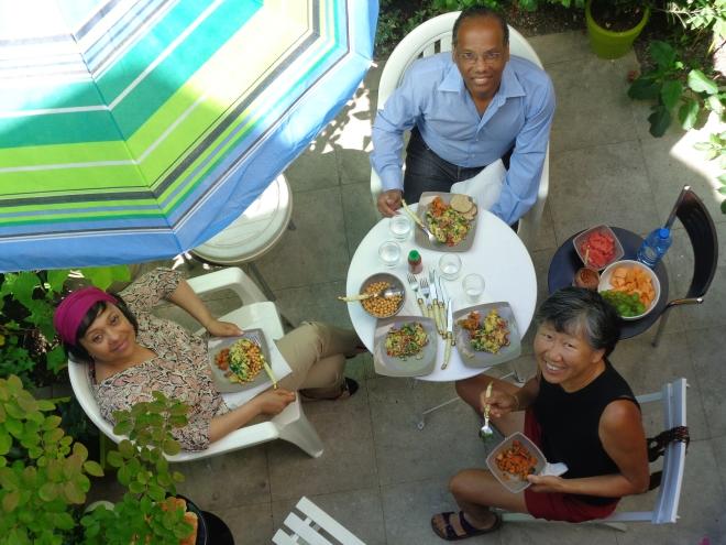 Retour à Paris. Petit-déjeuner dans notre jardin à Belleville, en compagnie de ma soeur et de son mari, dimanche 2 août.