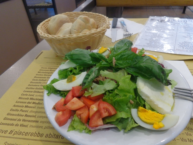 Salade de thon, dégustée à une table commune au marché San Ambrogio
