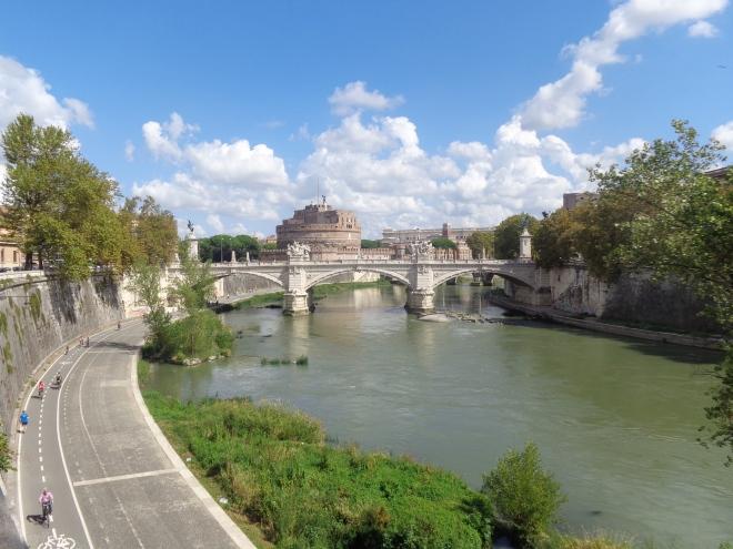 ... et de partir pour une longue balade le long de la piste cyclable qui longe le Tibre.... Ici près du pont Emanuelle II...