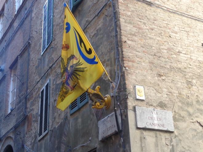 Drapeau de quartier à Sienne.