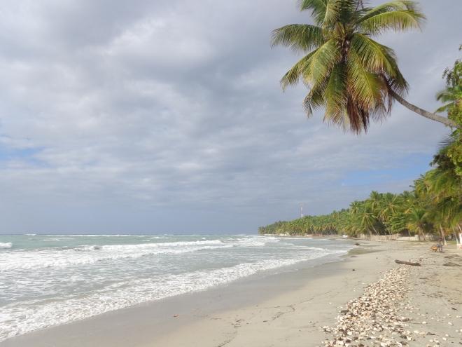 Une fois passées les plages de Jacmel, comme celle de Kabic, ci-dessus, le paysage, en allant vers l'est, change radicalement...