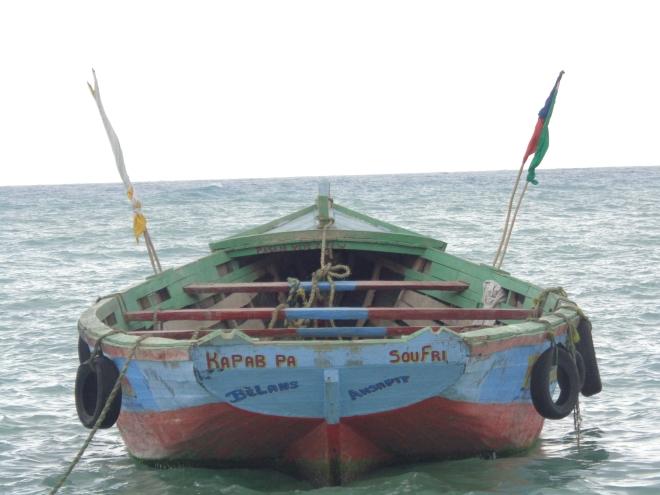 """""""Impossible de ne pas souffrir"""" affiche la devise de ce bateau qui assure la navette entre Belle Anse et Anse-à-Pitres, à la frontière de la République dominicaine..."""