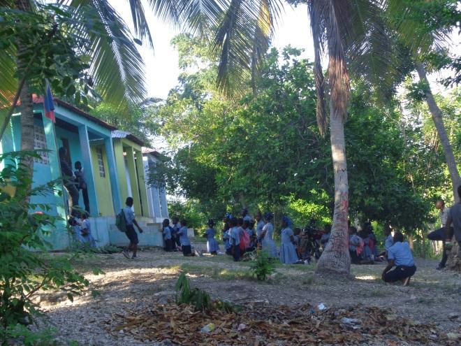 Écoliers devant leur école...