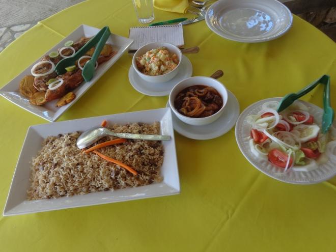 Poisson grillé, plat de bœuf, riz aux pois et salade