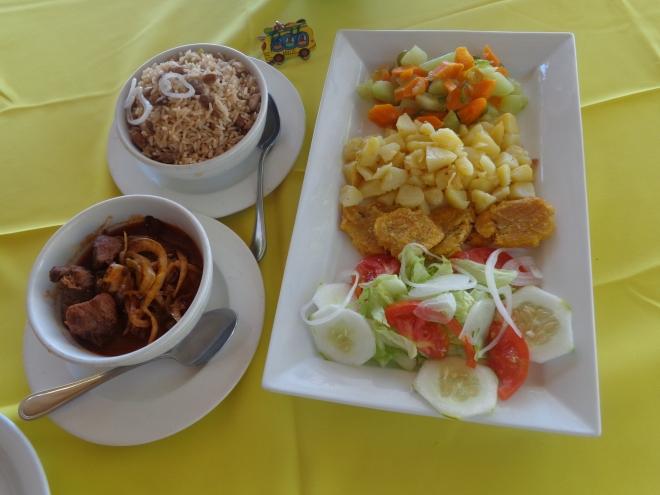 Déjeuner composé de bœuf, de riz et d'une salade