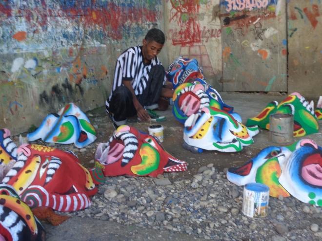 Près de la rue du Commerce, dernières touches de peinture aux masques du carnaval, en papier mâché.