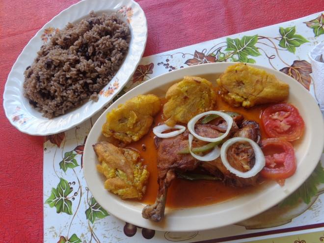 Poulet en sauce accompagné de riz à pois