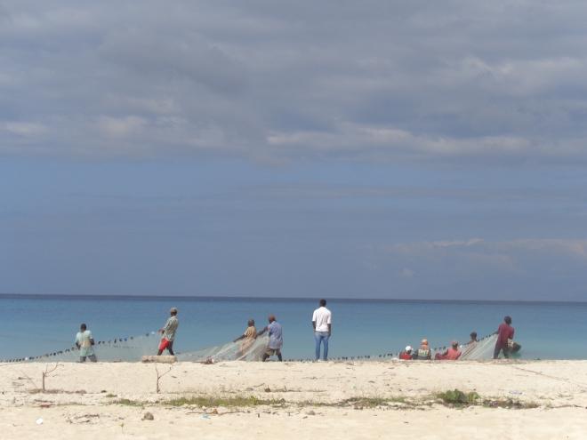 Pêcheurs sur la plage de Port-Salut...