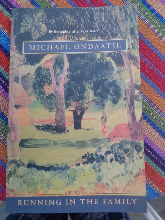 """Un des livres que j'emporterai en voyage. 'Running in the family"""" de Michael Ondaatje. Le récit se déroule au Sri Lanka."""
