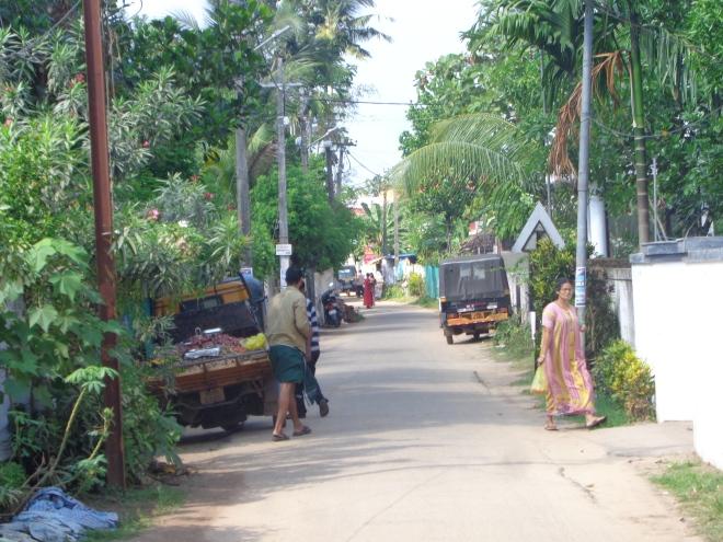 Quartier situé près de la plage, à Alleppey, jeudi 15 décembre. Les marchands viennent tôt le matin vendre leurs produits aux habitants.