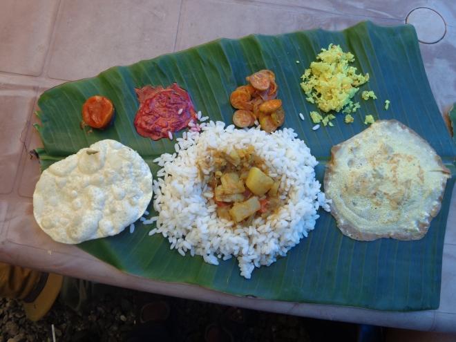 """Plat traditionnel du sud de l'Inde, le """"thali"""", du riz accompagné de divers condiments et légumes, servi sur une feuille de banane.... Déjeuner au large d'Alleppey, vendredi 16 décembre."""