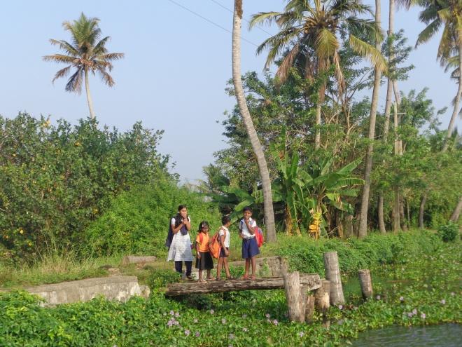 Elèves attendant au quai le bateau pour l'école...