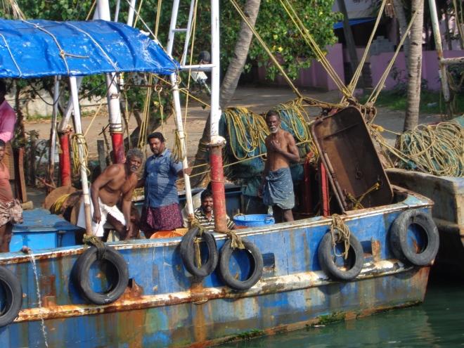Pêcheurs s'apprêtant à prendre la mer, près de Kollam...