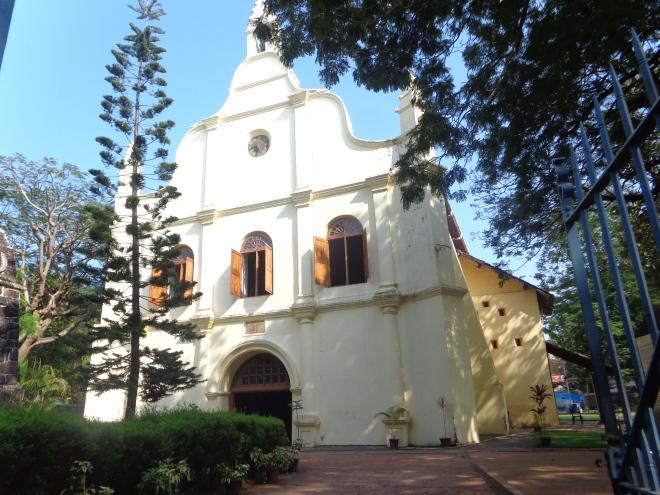 La religion catholique a de profondes racines au Kerala. Les premiers explorateurs portugais sont arrivés ici au début du 16 siècle, suivis par les jésuites. Ci-dessus la Cathédrale Saint-François, la première église catholique construite en Inde. Vasco de Gama y fut inhumé pendant plusieurs années avant que ces cendres soient rapatriées au Portugal