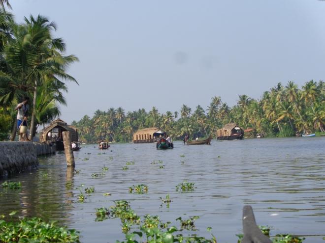 Près d'Alleppey, une des voies fluviales qui sont au cœur du réseau de transport au sud du Kerala