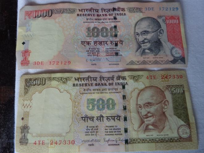Le billet de 1000 roupies, en haut (environ $20) et celui de 500 roupies ont été sans préavis démonétisés début novembre.