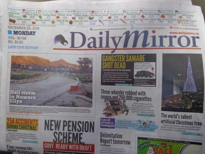L'un des quatre quotidiens nationaux publiés en anglais au Sri Lanka. Le cinghalais, parlé par l'immense majorité de la population, et le Tamoul, sont les deux langues officielles du pays. L'anglais, comme dan le sud de l'Inde est une langue que seuls les plus instruits comprennent. Dès qu'on s'éloigne des sentiers battus, il n'est plus d'une très grande utilité... Curieusement, on retrouve à la une des journaux, tout en haut, le prix officiel de certains produits de base, comme la noix de coco (50 roupies la pièce) ou...