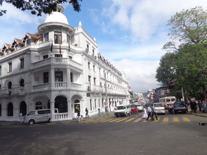 Bref moment de répit dans la circulation à Kandy, devant l'hötel colonial Queens